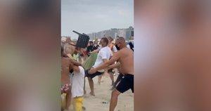 Paplūdimyje – masinės muštynės: įsiutę poilsiautojai į pareigūnus mėtė net skėčius (nuotr. stop kadras)