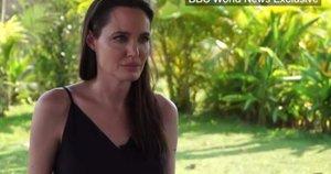 Angelina Jolie BBC interviu metu (nuotr. iš vaizdo įrašo)