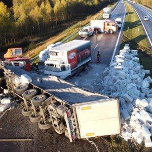 Pirmosios plikledžio pasėkmės netoli Šiaulių: nevaldomas sunkvežimis rėžėsi į atitvarus ir apvirto