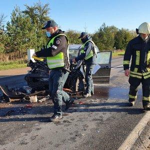 Tragedija galėjusi baigtis avarija Šumsko plente: neleistinoje vietoje lenkęs automobilis rėžėsi į sunkvežimį