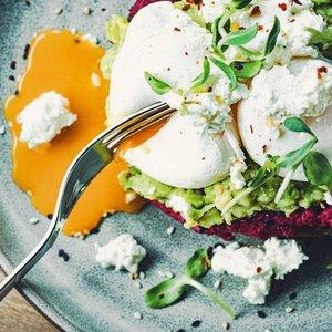 Skrebutis su avokadu, humusu ir kiaušiniais pagal Živilę: puikiai tiks savaitgalio pusryčiams