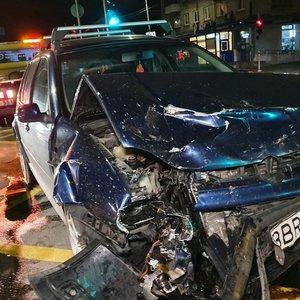 Girtas ukrainietis Vilniuje sukėlė avariją – po susidūrimo automobilis pradėjo rūkti