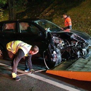 Vilniaus centre girta vairuotoja rėžėsi į medį ir užtvėrė kelią