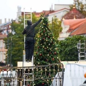 Neįpusėjus spaliui Rotušės aikštėje iškilo Kalėdų eglė ir visas miestelis