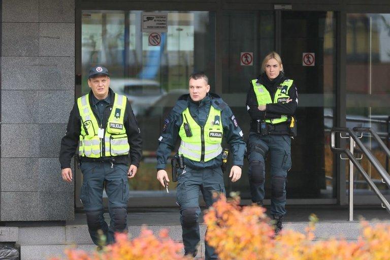 Pareigūnai sprogmenų Vilniaus m. apylinkės teisme nerado (nuotr. Broniaus Jablonsko)