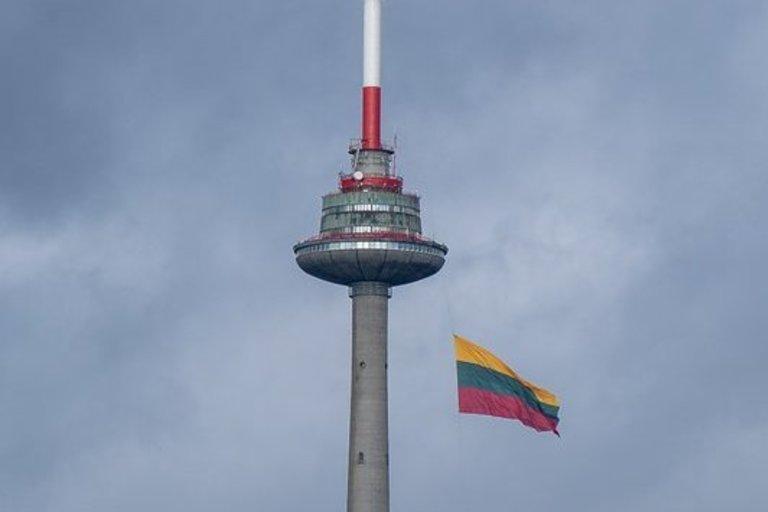 Televizijos bokšte suplevėsavo milžiniška trispalvė (nuotr. Fotodiena.lt)