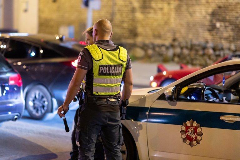 Konstitucijos prospekte įkliuvo po avarijos sprunkanti vairuotoja (nuotr. Broniaus Jablonsko)
