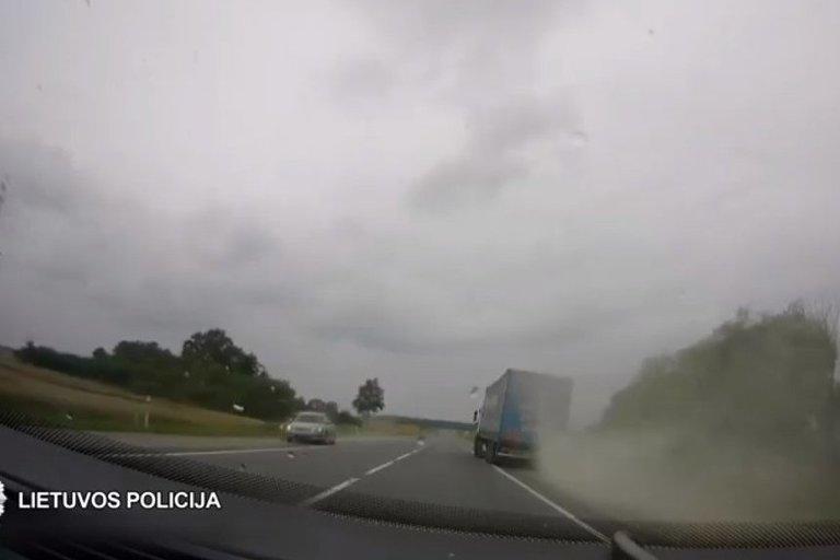 Išvengta skaudžios nelaimės: nufilmuota, kaip girtas vilkiko vairuotojas šlaistosi po kelią (nuotr. Policijos)