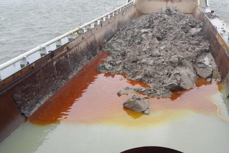 Vykdant Klaipėdos uosto gilinimo darbus į akvatoriją buvo išsilieję teršalai (nuotr. Aplinkos apsaugos departamentas)