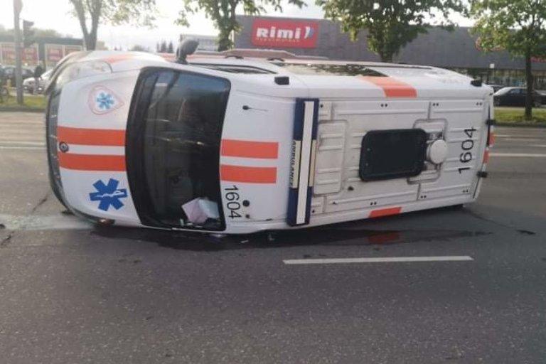 Šeštadienį Kauno greitosios medicinos pagalbos darbuotojai pateko į avariją  (nuotr. facebook.com)