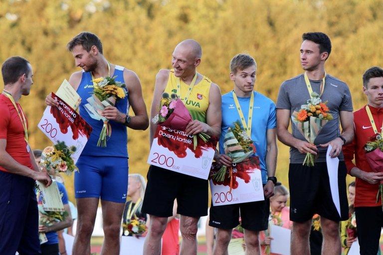 Danas Sodaitis (viduryje) – Lietuvos čempionas 4x100 metrų vyrų estafetėje. Prateam.lt nuotr.