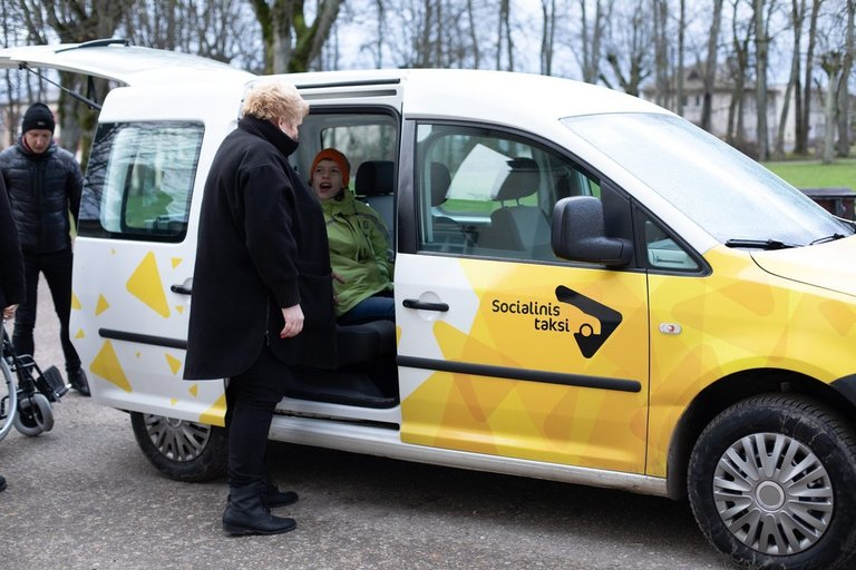"""Socialinio taksi paslauga naudojasi neįgalieji. Programos """"Socialinis taksi"""" archyvo nuotr."""