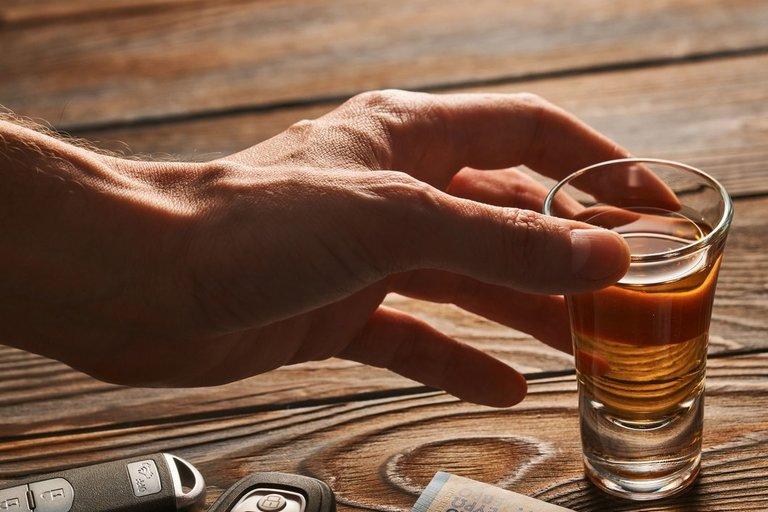 Alkoholis ir pinigai (nuotr. 123rf.com)