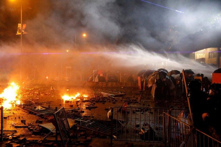 Mūšis dėl Honkongo: policija pradėjo aršų studentų puolimą, padegtas šarvuotis (nuotr. SCANPIX)