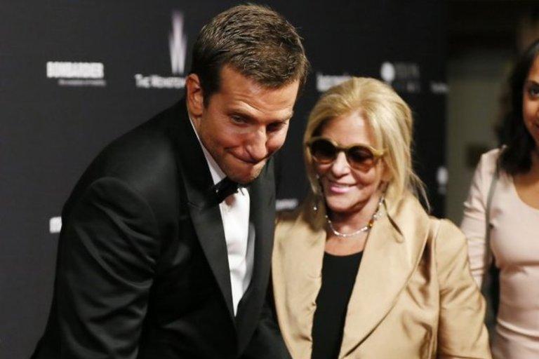 Bradley Cooper su mama Gloria (nuotr. SCANPIX)