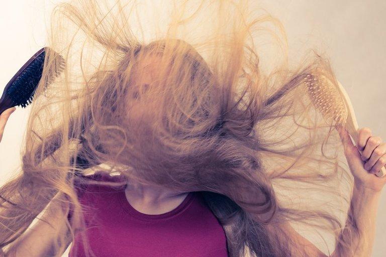 Įsielektrinę plaukai (nuotr. 123rf.com)