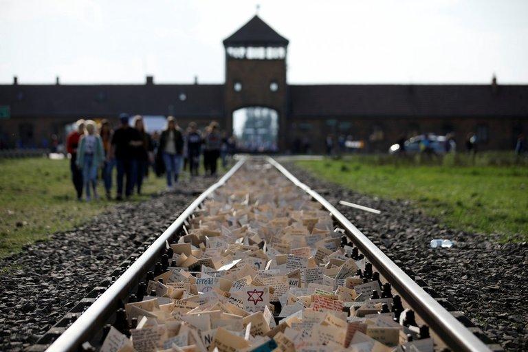 """Lenkija pasmerkė """"Amazon"""" už kalėdines puošmenas su Aušvico vaizdais (nuotr. SCANPIX)"""