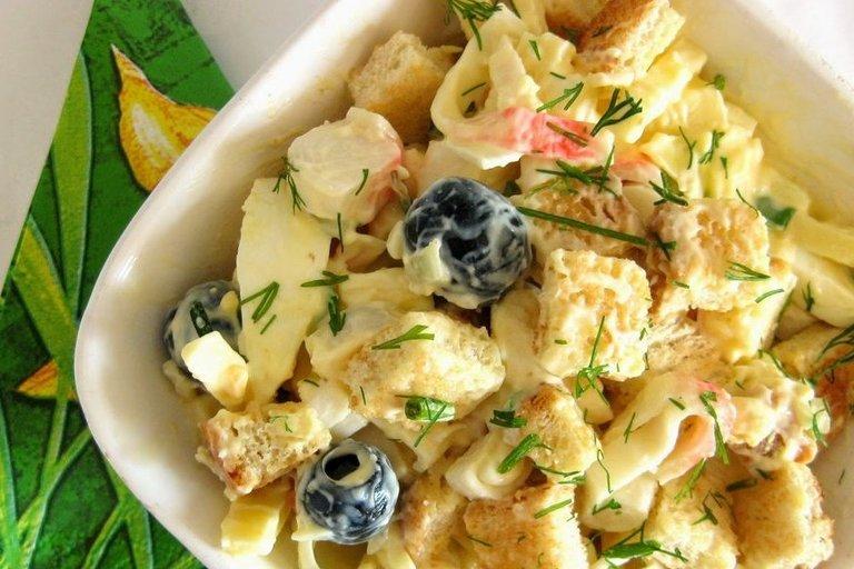 Mišrainė su krabais, skrebučiais ir kiaušiniais (Nuotr. Jurgittos virtuvė)