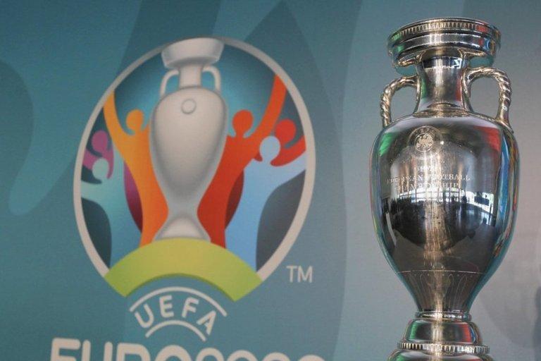 Europos futbolo čempionato trofėjus. (nuotr. SCANPIX)