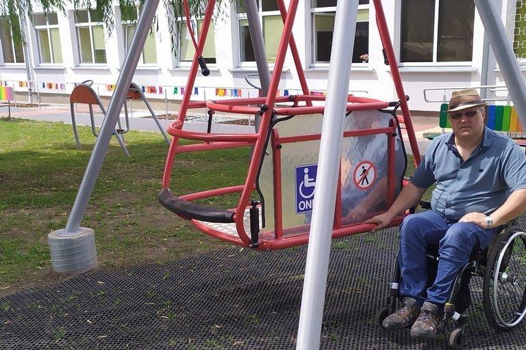 Panevėžio krašto žmonių su negalia sąjungos pirmininkas Jonas Dumša prie ore kabančių sūpynių. (nuotr. asm. archyvo)