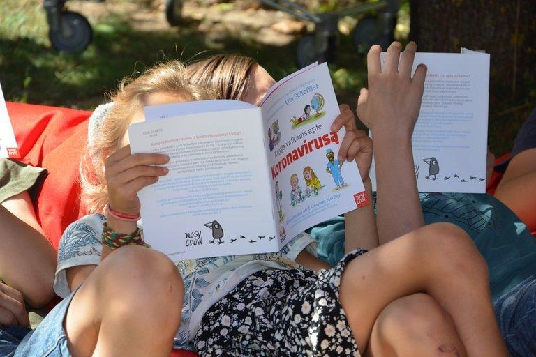 """""""Knyga vaikams apie koronavirusą"""" susidomėjo """"Dyslexia centro"""" ir LAB surengtos stovyklos dalyviai. LAB archyvo nuotr."""