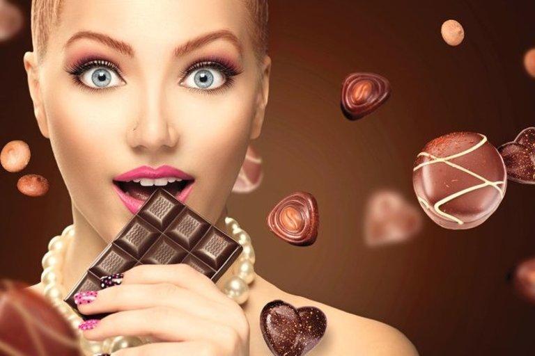 Mergina valgo šokoladą (nuotr. 123rf.com)
