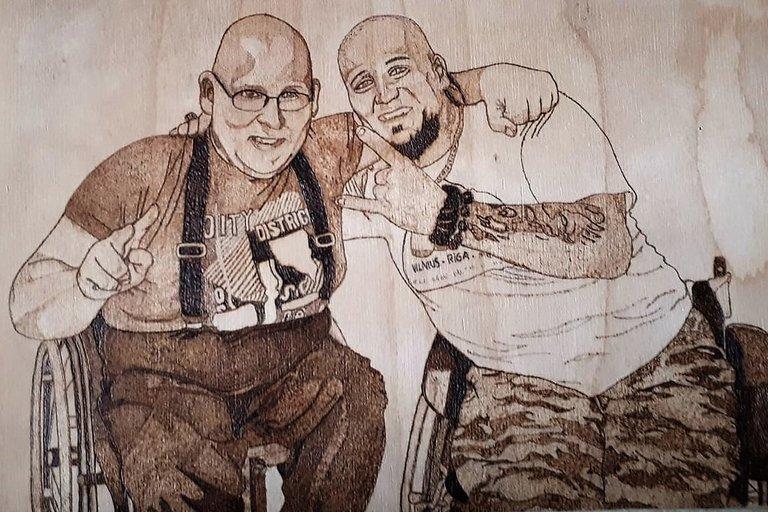 Pirografijos darbe – jo autorius Petras Kasanavičius (dešinėje) su bičiuliu. Asmeninio archyvo nuotr.