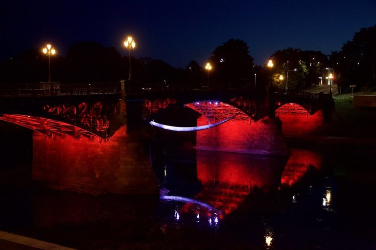 Vilnius palaiko Beirutą: Libano vėliavos spalva nušviesti Vilniaus tiltai (nuotr. Kastyčio Mačiūno)