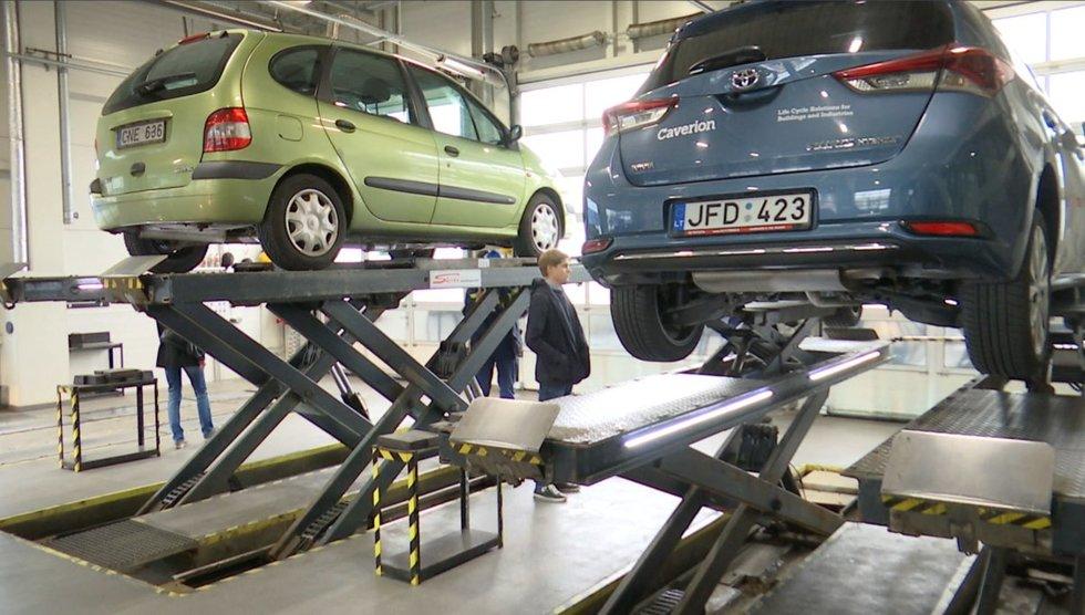 Automobiliai techninės apžiūros stotyje (nuotr. stop kadras)