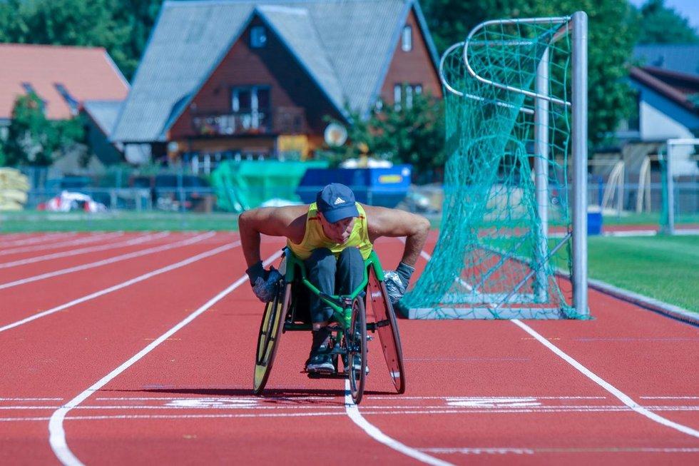 Paralimpiečiai mes iššūkį Lietuvos lengvosios atletikos žvaigždėms.