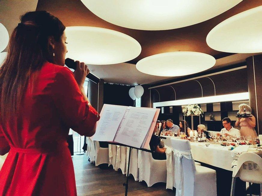 22-iejų vilkaviškietė Gabija savo pomėgį dainuoti pavertė darbu: neatsigina užsakymų