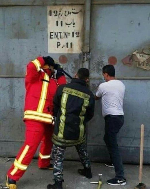Trys ugniagesiai bando užkirsti kelią sprogimui Beirute