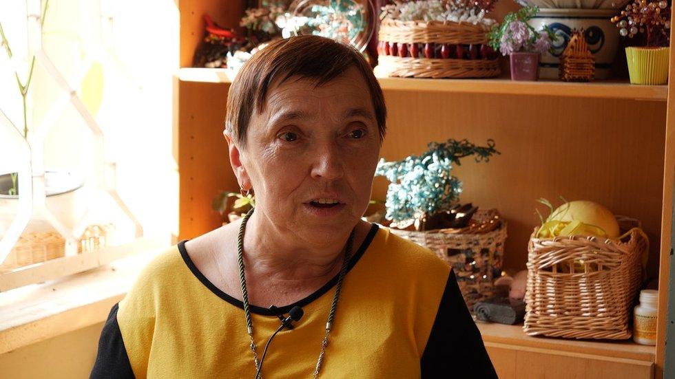 Vilniaus miesto neįgaliųjų draugijos pirmininkė Jadvyga Rostovskaja. Vaizdo reportažo stopkadras.