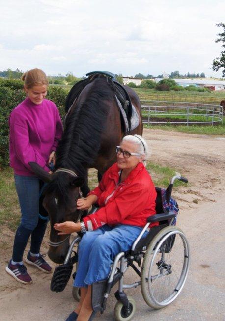 Gražina kartu su kitais Vilniaus neįgaliųjų dienos centro lankytojais apsilankė žirgyne. Rūtos Čepienės nuotr.