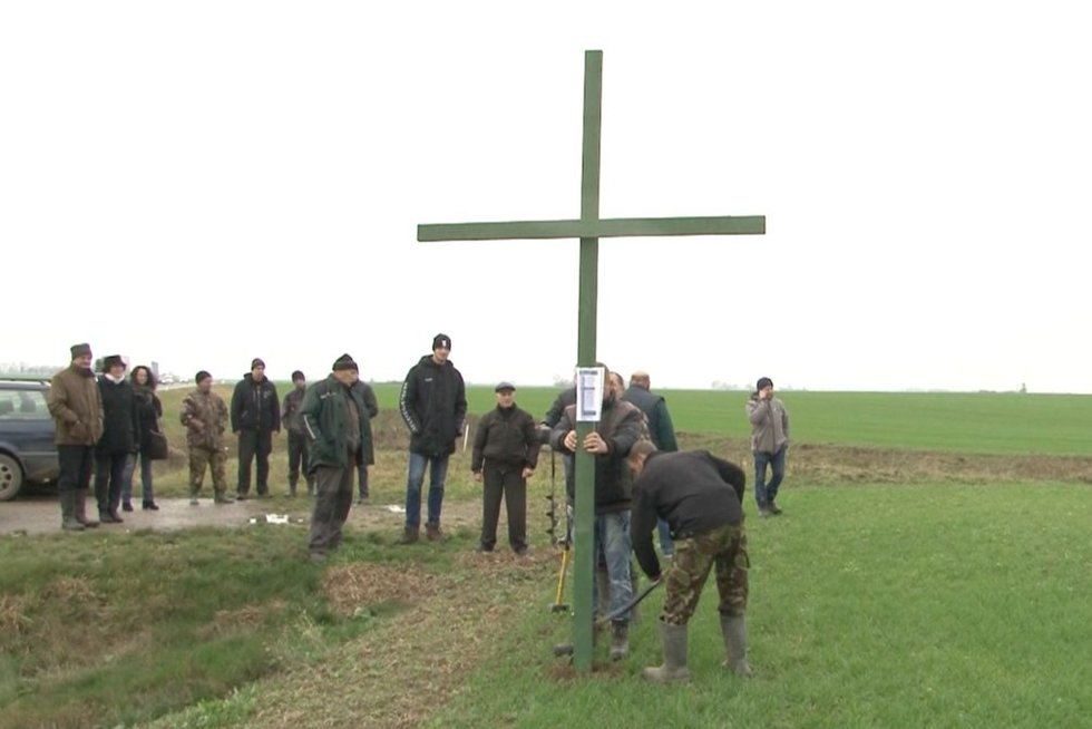Ūkininkai stato kryžius (nuotr. stop kadras)