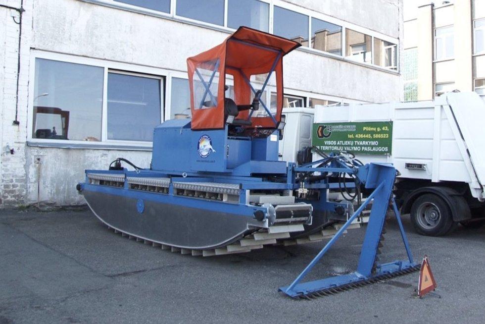 Už 75 tūkst. eurų pirkta šienavimo mašina – taip ir neišplauks tvarkyti upės (nuotr. stop kadras)