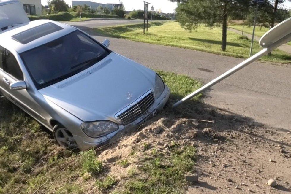 Avarija Vilniaus pakraštyje: vairuotojas pabėgo elektriniu paspirtuku (nuotr. stop kadras)