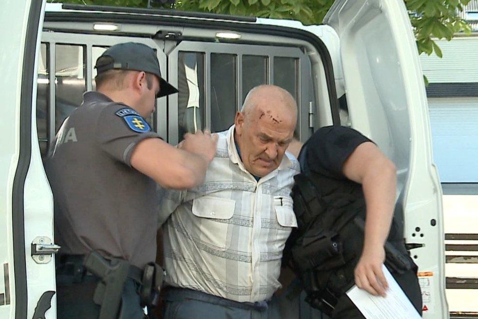 Senolis vedamas į teismą (nuotr. stop kadras)