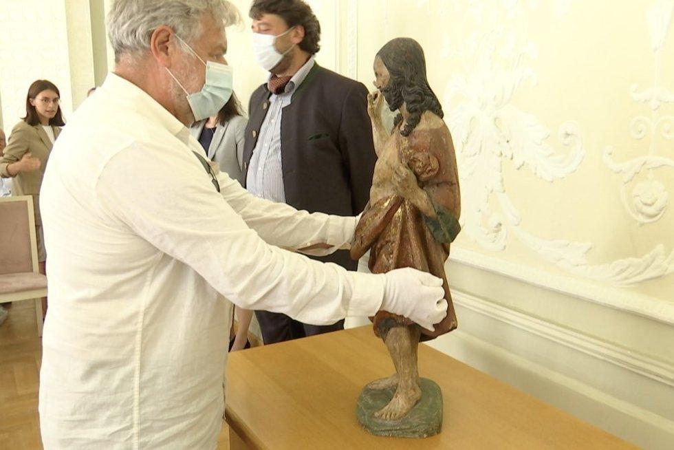 Dešimtmečio derybos: Lietuva susigrąžino 500 metų skulptūrą iš nužudyto kunigo kolekcijos (nuotr. stop kadras)