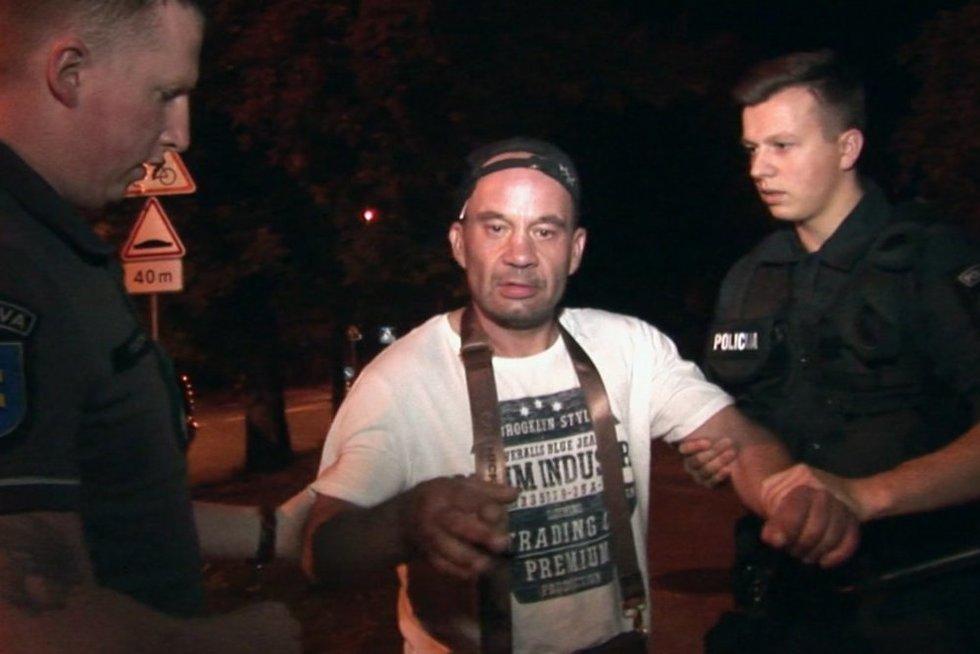 Pastebėję, ką gatvėje veikė vyras, liudininkai negalėjo tylėti: nuostoliai dideli (nuotr. stop kadras)