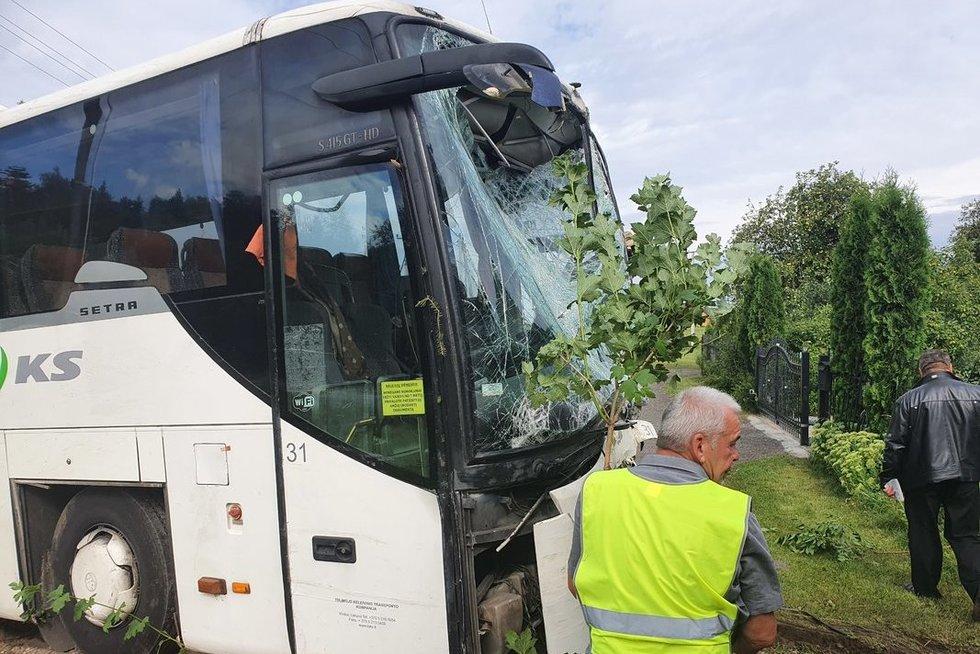 Širvintų rajone į namo sieną trenkėsi autobusas (nuotr. Broniaus Jablonsko)
