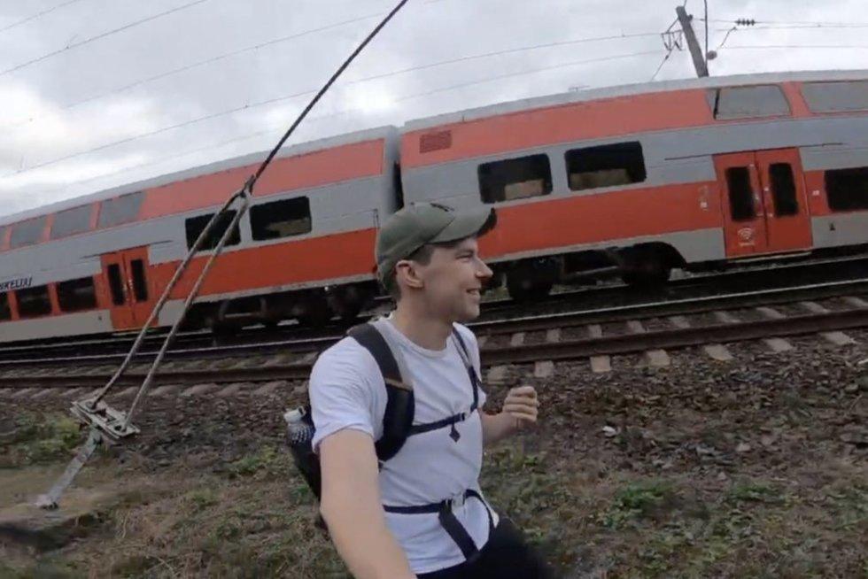 Vaikino kelionė geležinkelio bėgiais nuo Vilniaus į Kauną šokiravo tarnybas (nuotr. stop kadras)