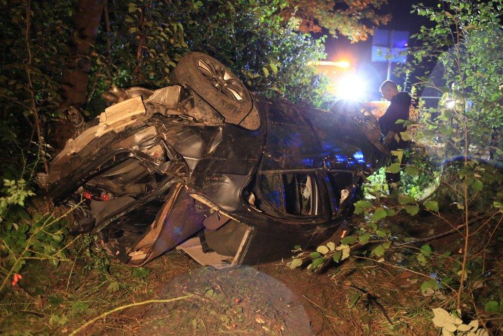 Automobiliui įlėkus į mišką ir apsivertus žuvo jaunuolis (nuotr. Broniaus Jablonsko)