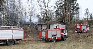 Gaisras Nemenčinės plente: įtariama, kad namą padegė benamiai (nuotr. Broniaus Jablonsko)