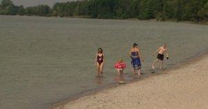 Įspėja besimaudančius Dzūkijos ežeruose – kai kurie užteršti lervomis (nuotr. stop kadras)