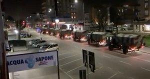Italijos mirties karavanas: nufilmavo, kaip kariai sunkvežimiais veža mirusiųjų palaikus (nuotr. stop kadras)