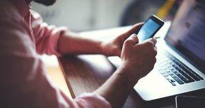 Naudojasi mobiliuoju telefonu (nuotr. 123rf.com)