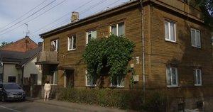 Griūna namas (nuotr. stop kadras)