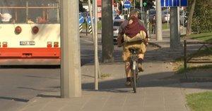 Dviratininkai ir paspirtukininkai įžūlėja: eismo taisyklių paiso ne visada (nuotr. stop kadras)