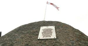 Šalia Plungės išniekintas kryžius partizanams atminti, o vietoje jo – Žemaitijos vėliava (nuotr. stop kadras)